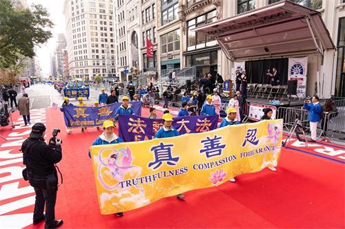 '图1~4:二零一九年十一月十一日,法轮功学员的游行队参加第一百届纽约老兵节游行上。'