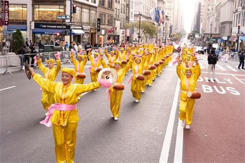 '图5~11:法轮功学员的游行队伍行进在曼哈顿最繁华的第五大道上。'