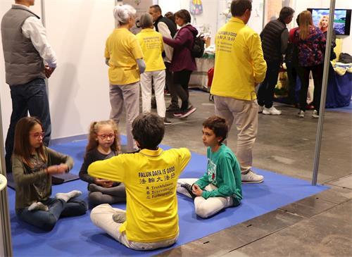 '图6:感兴趣的孩子们学炼第五套功法'
