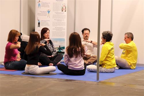 '图7:一家庭全体成员集体学炼第五套功法'