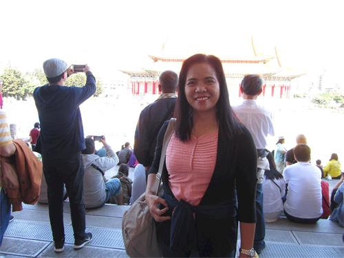 """'圖13:來自菲律賓的雷米小姐(Remy)稱贊傳遞""""真善忍""""是善舉。'"""