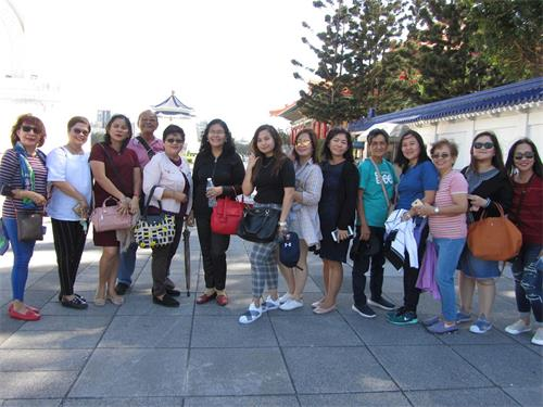 '圖14:來自菲律賓的遊客對六千多名法輪功學員齊聚排字煉功感到驚奇(amazing)。'