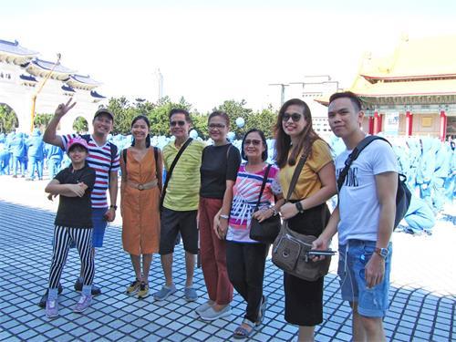"""'圖15:菲律賓遊客約瑟夫先生與家人贊同""""真善忍""""。'"""