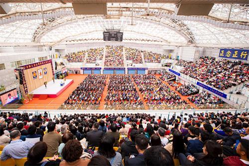 '图1~3:近七千名法轮功学员参与二零一九年十一月十七日台湾法轮大法修炼心得交流会,聆听二十位学员上台交流修炼心得体会,互勉比学比修奋力精進。'