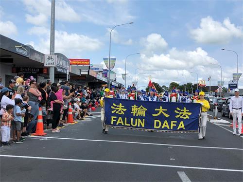 '图1~5:二零一九年十一月十七日,由法轮功学员组成的新西兰天国乐团参加了一年一度的奥克兰格兰菲尔德(Glenfield)区的圣诞游行。'