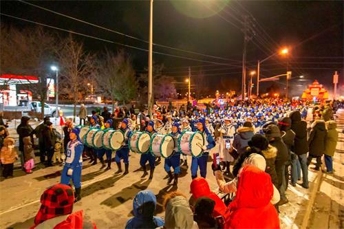 '图6~7:下午六点天国乐团赶到列治明山(RichmondHill)参加了圣诞游行'