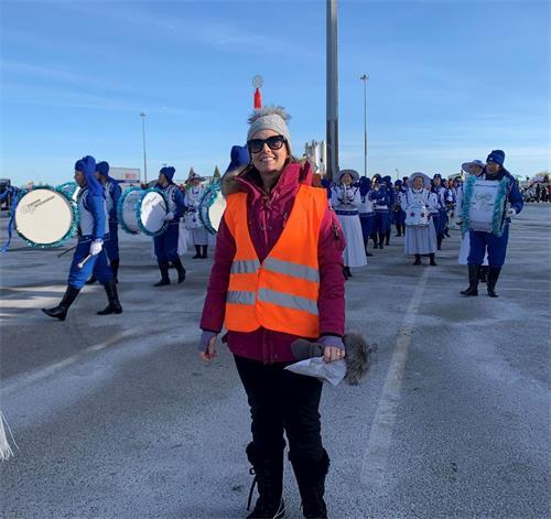 '图16:列治明山游行主办方工作人员克里斯蒂娜(Kristina)非常高兴天国乐团能来参加游行。'