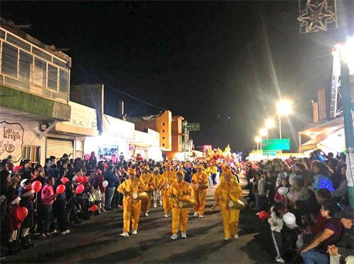 'Figuras 1-4: los alumnos mexicanos pueden participar en el Desfile de Navidad'
