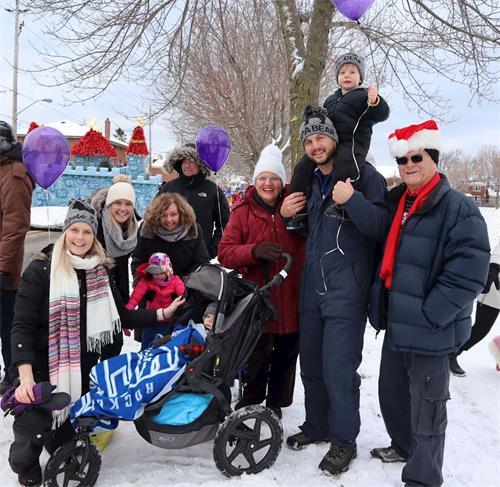 '图6:马可先生(Marco右二)和家人一起观看游行并对天国乐团欢呼。'