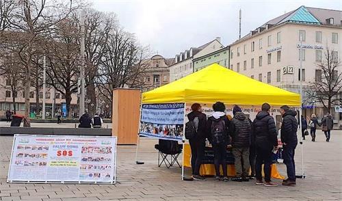 '图1:法轮功学员在奥格斯堡的国王广场上举办信息日,很多年轻人希望了解法轮功真相。'