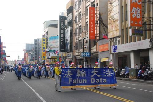 '图1~5:法轮<span class='voca' kid='53'>大法</span>天国乐团踏上台湾嘉义市街头,演奏壮盛祥和的乐曲,给市民带来欢欣鼓舞。'