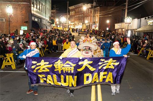 '图1~3:纽约上州米德尔敦(Middletown)市政府举行传统一年一度的圣诞点灯仪式及庆祝游行,法轮功队伍再次被邀请参加'