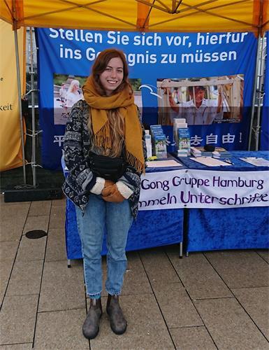 '图4:来自瑞士的桑尼雅(Sonja)在制止中共活摘器官的征签表上签字。'