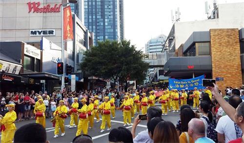 '图1~4:悉尼法轮功学员参加车士活(Chatswood)游行,受到民众欢迎和赞赏'