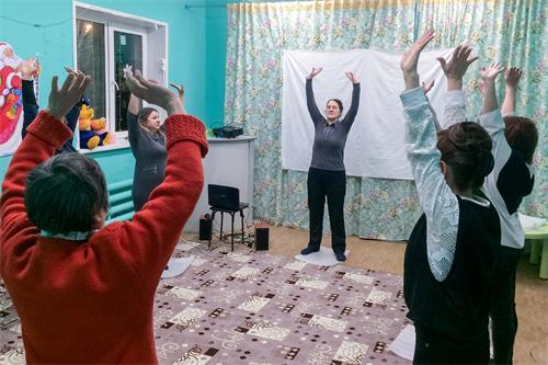 俄罗斯学员每天带领参加九天班的新学员炼功。