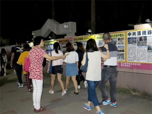 '图1~2:高雄瑞丰夜市上,法轮功真相长廊和为陆客提供<span class='voca' kid='82'>三退</span>服务点,吸引不少台湾民众和大陆游客驻足关注和了解真相。'