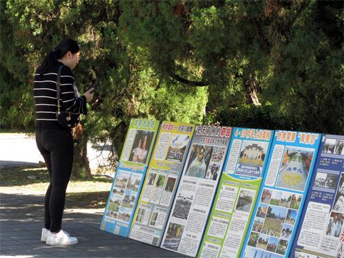 图6:有的游客拍摄真相带回去与亲友分享。