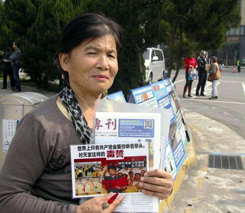 图10:从大陆嫁到台湾的李鑫菊,从二零零五年起就每天都到台北故宫讲真相劝退。