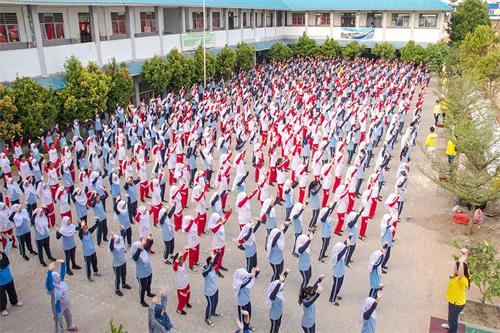 印尼一所中学五百名师生集体学炼法轮功
