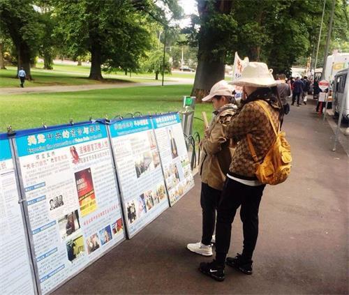 墨尔本市中心著名景点费茨罗伊公园是大陆游客了解法轮功真相的窗口。图为中国新年期间,大陆客在阅读摆放在公园入口处的大法真相展板。