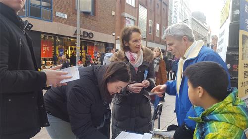 '图1~3:爱尔兰法轮功学员在首都都柏林的繁华商业街亨利大街上和民众交谈,传播真相'