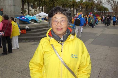 '图32:法轮功学员夏瑰琦祝愿旧金山的华人朋友新年快乐'
