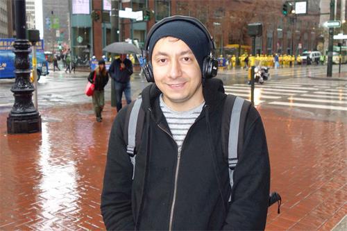 '图35:来自埃及的游客Mohamad表示,法轮功的游行非常美好'