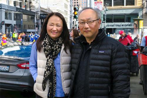 '图38:来旧金山旅游的君钟女士和先生钦佩法轮功学员展现传统文化'