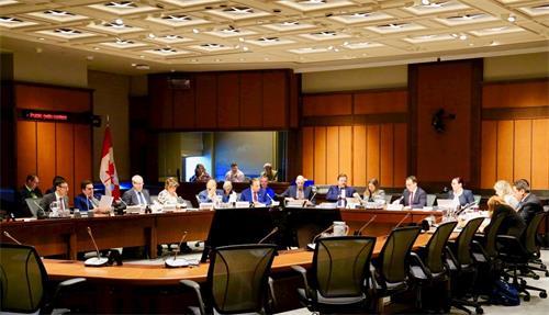 '图1:经过两天的听证,加拿大国会外交和国际发展常设委员会二零一九年二月二十七日下午修改并全体通过了S-240号法案。图为加拿大国会外交和国际发展常设委员会听证会现场。'