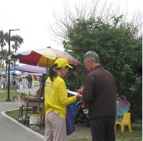 '图3:台湾民众签名声援中国大陆民众诉江、制止迫害及了解真相'