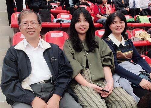 图说3:吴忠宽(左) 大女儿吴典育(中) 李淑惠(右)