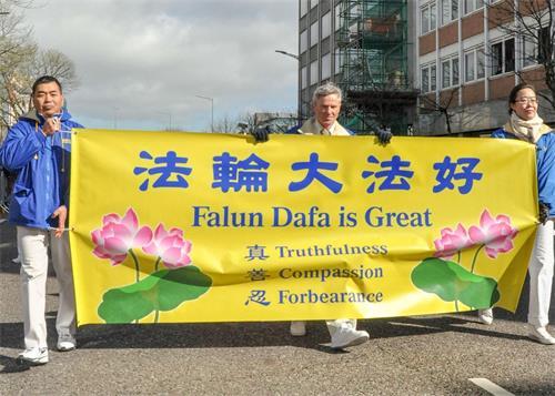 '图1~3:二零一九年三月十七日,法轮功学员参加了爱尔兰第二大城市科克市的国庆日游行'