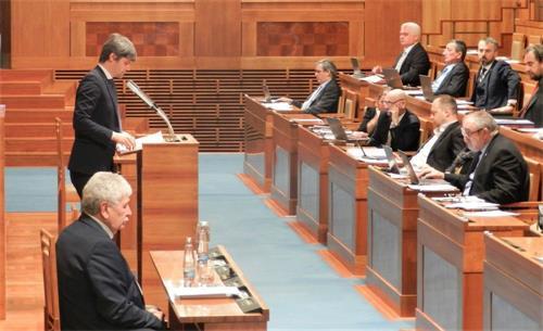 '图4:捷克参议员马克·黑尔茨(左站立者)在发言中'