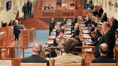 '图6:捷克参议员瓦茨拉夫·哈洛博克(左站立者)在发言中'