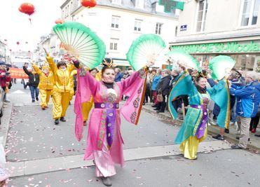 '图1:法轮功学员参加法国库唐斯市的中国年庆祝游行。'