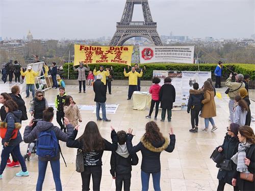 '图2:有的游客还模仿学员的炼功动作'