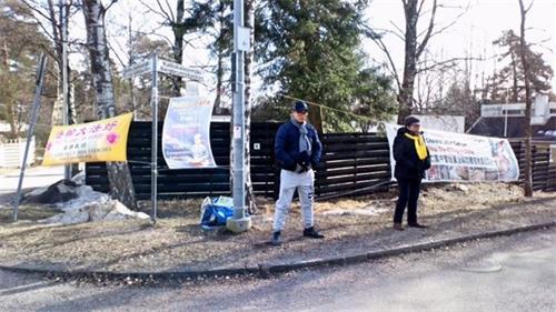 '图:法轮功学员在驻芬兰中共使馆外的和平请愿。'