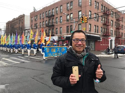 '图13:来自马来西亚的江先生说,他要把游行的录像发到朋友圈及社交媒体,让更多人看到。'