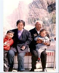 '从左至右分别是王爱云的外孙儿、王爱云、丈夫怀抱孙子'