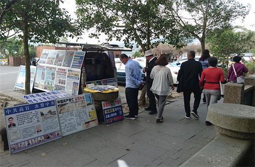 '图6~8:玄光寺停车场开通了一条步道后,为了让每个游客都有机会接触真相,法轮功学员布置了真相车。游客常在此驻足观看。'