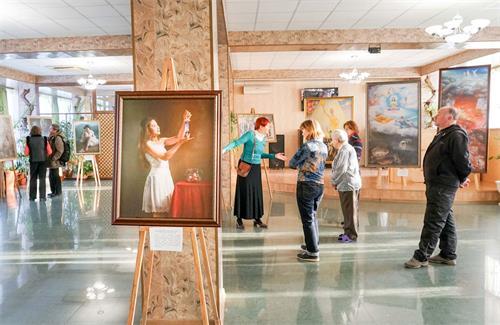 """'图1~2:""""真、善、忍国际美展""""在俄罗斯五山城(Pyatigorsk)举行。'"""