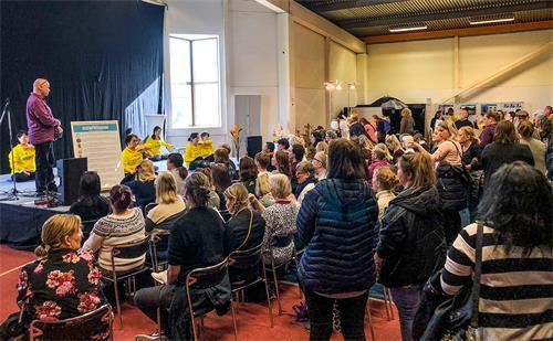 展会期间,法轮功学员在展览大厅的舞台上演示法轮功的第五套功法