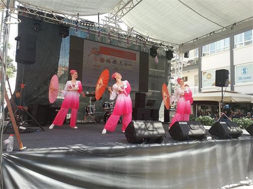 '图5~6:来自俄国的法轮功学员在表演舞蹈'