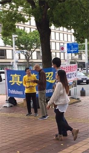 """'图1~4:二零一九年四月二十一日,日本法轮功学员在爱知县名古屋市最繁华热闹的地段""""荣""""在讲真相,民众明真相后在声援举报江泽民的签名纸上签名'"""