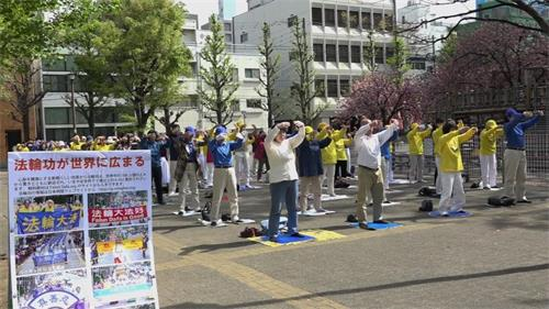 '图1:四月二十日上午,日本法轮功学员在著名景点浅草寺附近的花川户公园炼功'