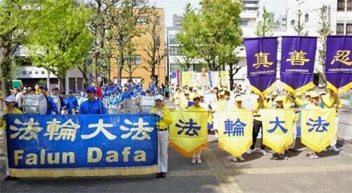 '图2:四月二十日日本法轮功学员在东京浅草集会游行纪念四·二五万名法轮功学员和平上访二十周年。'