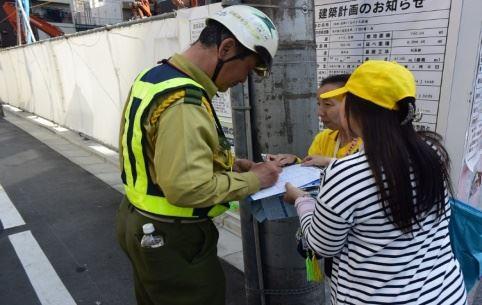'图3:正在施工的加藤先生签名声援告发江泽民迫害法轮功罪行'