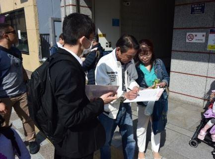 '图4:来浅草游客的冈本先生签名声援告发江泽民非'