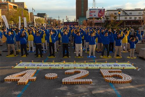 '图1~5:二零一九年四月二十日傍晚,纽约部份法轮功学员在纽约中领馆前,举行烛光夜悼活动。当天下午六时许,法轮功学员开始集体炼功,场面庄严祥和。'