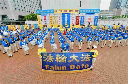 """'图2:天国乐团在香港纪念""""四·二五""""二十周年集会上奏乐。'"""
